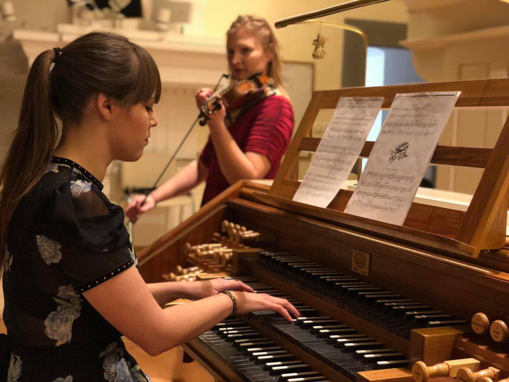Duo Kantilena-igranje-in-petje-na-poroki